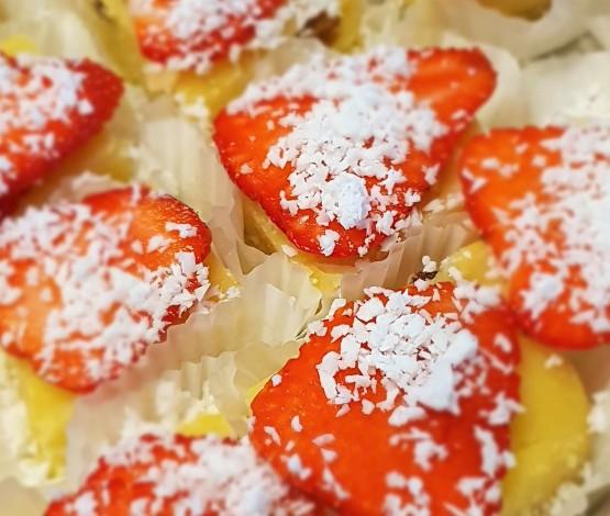 Mala Leckerli mit Kokos und frische Erdbeeren